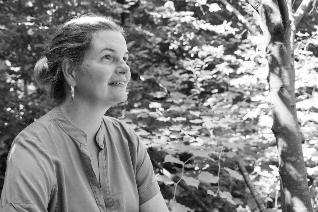 Overgangsconsulent en overgangscoach Nathalie Wichink is in het bos in Raalte aan het wandelen omdat bewegen helpt tegen overgangsklachten zoals onrust, spanning en andere burn-out-klachten.