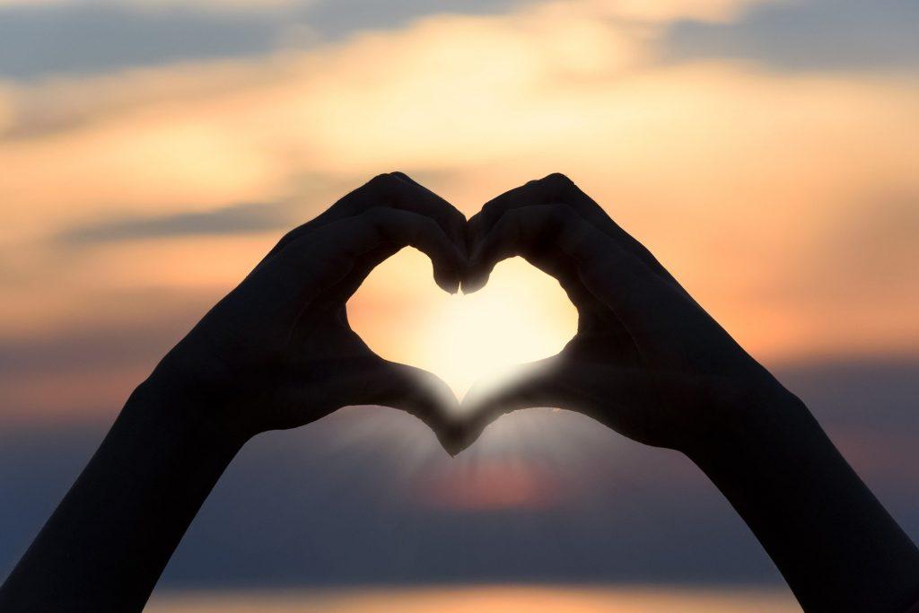 Twee handen die een hartje maken. De overgang heeft invloed op je relatie.