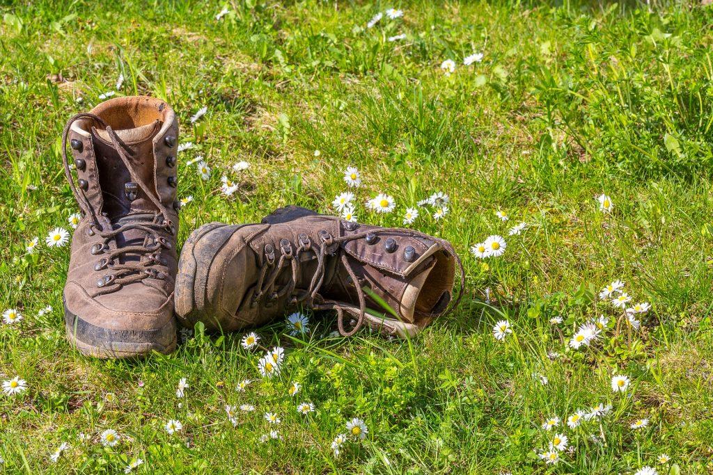 De wandelschoenen van overgangscoach en overgangsconsulente Nathalie Wichink liggen in het gras in Raalte.